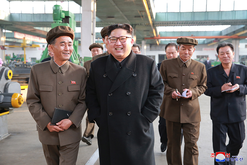 Kim Jong Un inspecte l'usine du 16 mars Photo titre