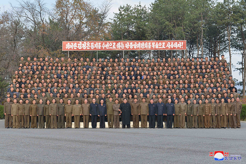 Kim Jong Un inspecte l'usine du 16 mars Photo Groupe