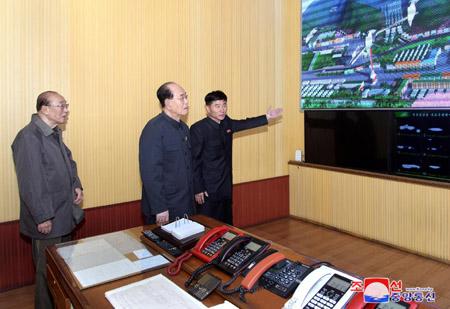 Kim Yong Nam visite la mine de charbon de Jikdong